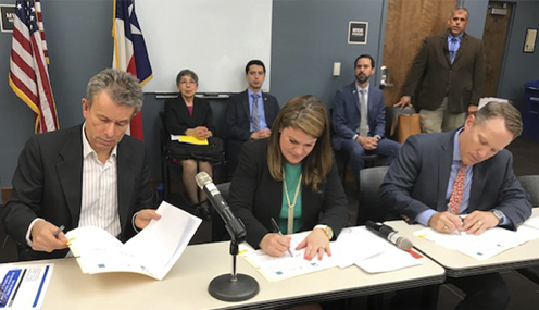 Left to right: Chihuahua Secretary of the Environment Luis Felipe Siqueiros, TCEQ Commissioner Emily Lindley, and TCEQ Executive Director Toby Baker sign a four-year memorandum of cooperation.